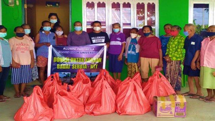 Warga Manikin, Kabupaten Kupang menerima bantuan dari Alumni JCU Australia di Indonesia, 8 Mei 2021