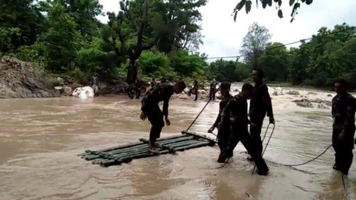 Bantu Penyeberangan Warga di Desa Sungkaen dan Naibaban, Satgas Yon 741/GN Buat Rakit