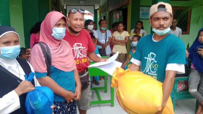 JPIC SVD dan suster Biara St. Theresia Waiburak saat menyerahkan bantuan bagi warga korban bencana di posko pengungsian di MAN 1 Waiwerang