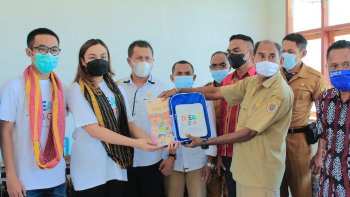 Tim Timor Belajar Serahkan Bantuan di SDN Oelatimo Kabupaten Kupang