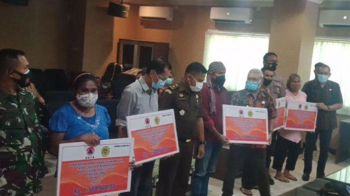 Wakil Walikota Kupang, Hermanus Man Serahkan DTH Bagi Warga Terdampak Badai Seroja