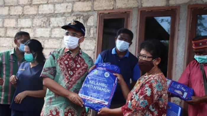Pemkot Kupang Bagi 50 Kelambu Anti Nyamuk Bagi Warga Danau Tangkolo