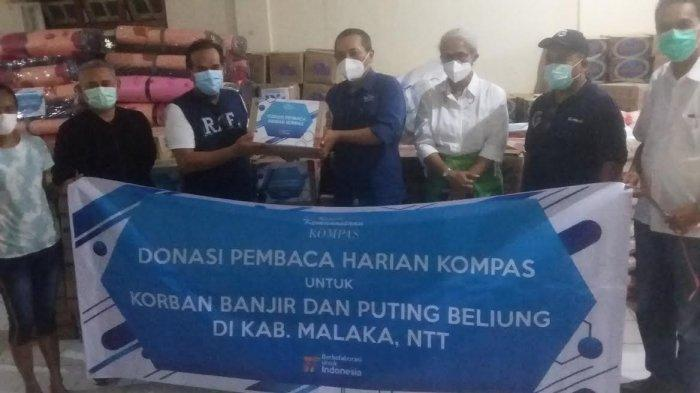 Penyerahan bantuan kemanusiaan Tanggap Bencana Yayasan Dana Kemanusiaan Kompas di Posko Bencana Kabupaten Malaka, Jumat 23 April 2021 sekitar Pukul 19.00 Wita.