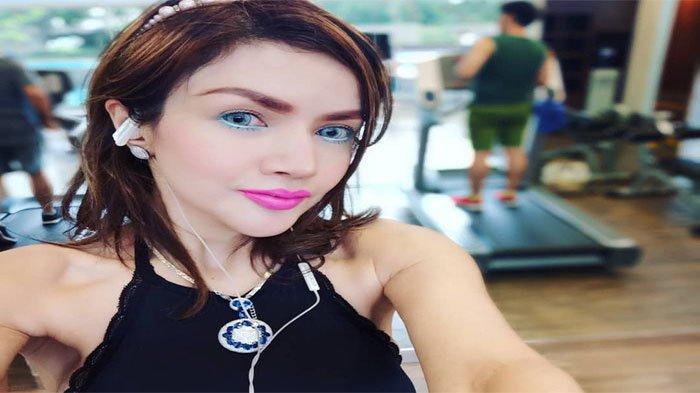 Barbie Kumalasari doyan pakai makeup full warna-warni