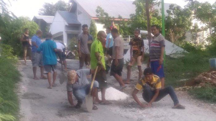 Warga Batuplat Perbaiki Jalan Rusak