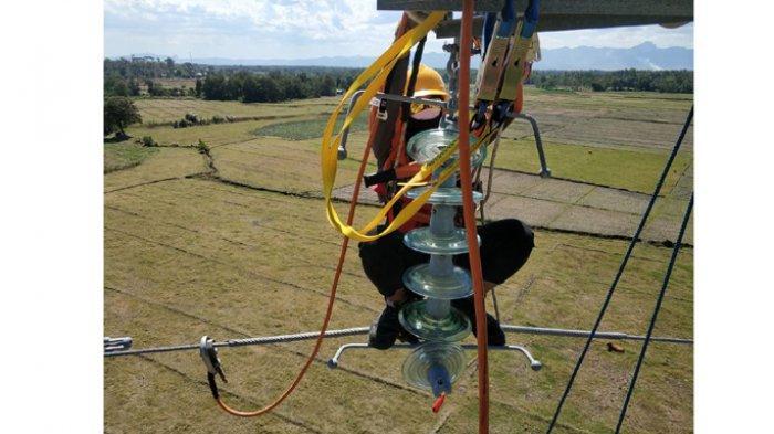Begini Cara Penggantian Isolator Pecah di Tower 108 dan Tower 122 Section Maulafa-Naibonat