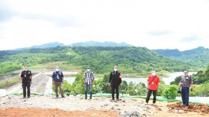 Bendungan Napun Gete di Kabupaten Sikka Sikka Dikeliling Perbukitan Hijau