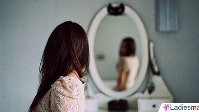 Cermin Tak Pernah Tertawa Saat Kamu Menangis Cieee,  Ada yang Lagi Curhat Sama Cermin
