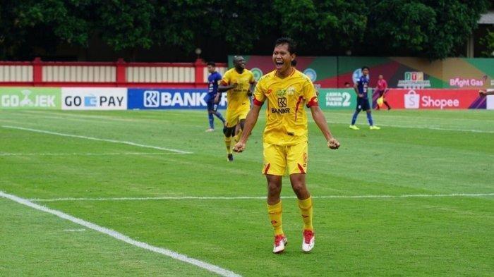 Gelandang Bhayangkara FC Adam Alis saat melakukan seleberasi pasca mencetak gol ke gawang Arema FC di Stadion PTIK, Jakarta, Rabu (27/11/2019).