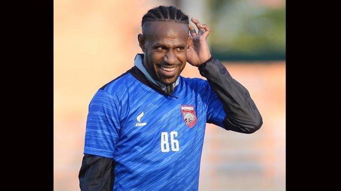 Debut di Borneo FC di Liga 1, Boaz Solossa Duduk di Bangku Cadangan karena Kondisi Fisik Belum Prima