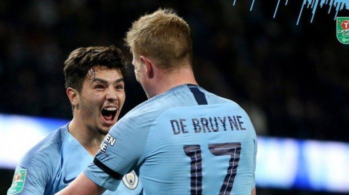 Penyerang Manchester City, Brahim Diaz (kiri), merayakan golnya bersama Kevin De Bruyne dalam laga babak 16 besar Piala Liga Inggris melawan Fulham di Stadion Etihad, Manchester pada 1 November 2018.