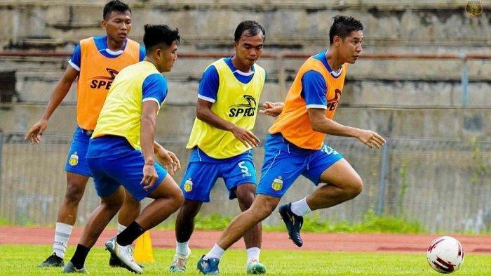 Indra Kahfi dan rekannya mulai berlatih untuk menghadapi turnamen pramusim Piala Menpora di lapangan UNS Solo, Kamis (25/2/2021)