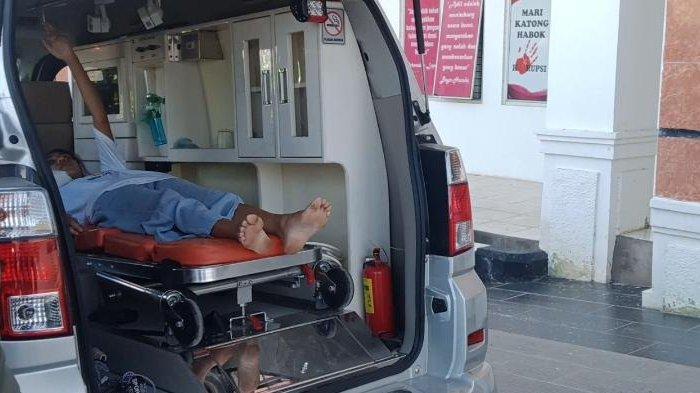 Nyaris Pingsan di Lokasi Vaksinasi, Seorang Warga Kota Kupang Harus Berbaring di Ambulance