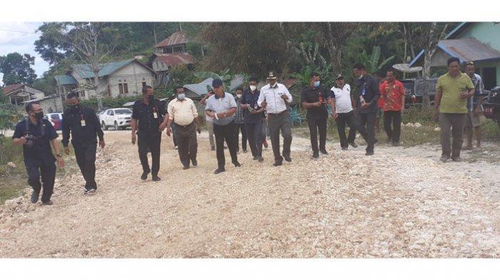 Bupati dan Wakil Bupati Sumba Barat, Yohanes Dade, S.H-John Lado Bora Kabba didampingi pengusaha mengecek pengerjaan perbaikan jalan di Waibangga, Kecamatan Loli, Sumba Barat, Jumat (7/5/2021).