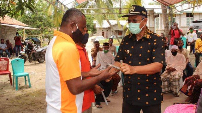 Bupati Don Serahkan 2 Unit Kapal Penangkapan Ikan kepada Kelompok Nelayan di Podenura