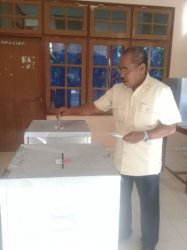 Bupati Elias Djo Coblos Di TPS 04 Kelurahan Danga