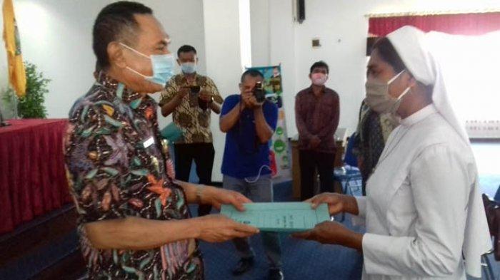 Bupati Ende Djafar Achmad Serahkan Bantuan Beras Kepada Panti Asuhan