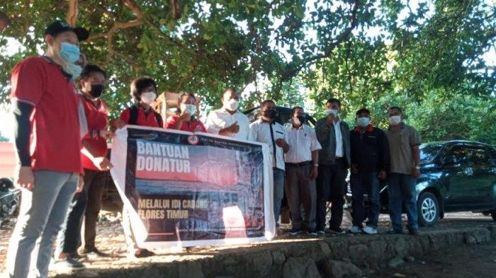 Bupati Flotim foto bersama donatur renovasi rumah bagi korban bencana di desa Narasaosina
