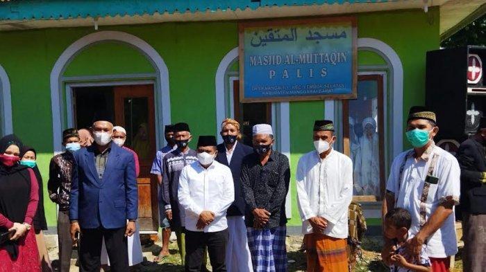 Bupati Manggarai Barat,  Edi Endi  Serahkan Hewan Kurban Untuk Masjid Al Muttaqin Palis