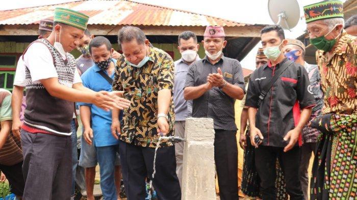 Bupati Manggarai Timur, Agas Andreas, sedang meresmikin air minum.