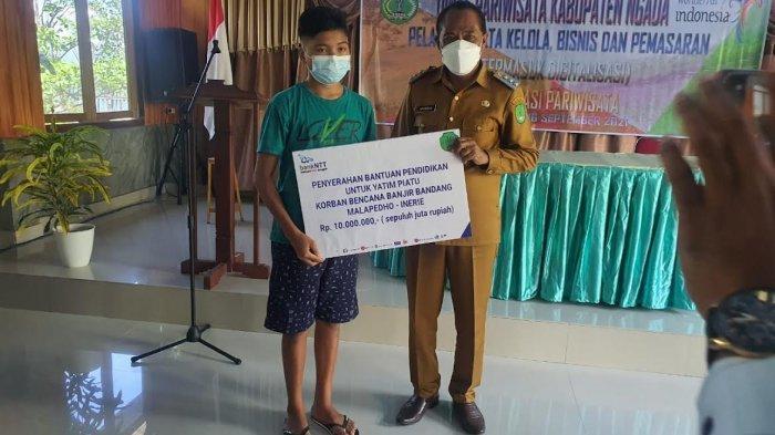 Bank NTT Bajawa Bantu Uang Rp 10 Juta Untuk Anak Yatim Piatu Korban Banjir Bandang Malapedho