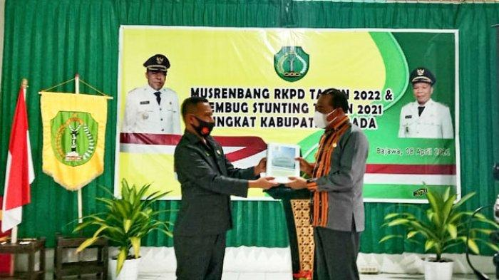 Ketua DPRD Ngada Bernadinus Dhey Ngebu saat menyerahkan pokir kepada Bupati Ngada Paru Andreas di Aula BP Litbang Kabupaten Ngada, Kamis (8/4/2021).