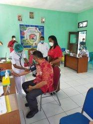 Vaksin Covid Tahap 2 di Puskesmas Wolomarang, Bupati Robi & Forkopimda Sikka Disuntik Bersama Nakes