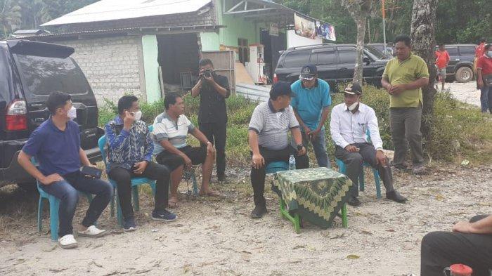 Bupati dan Wakil Bupati Sumba Barat, Yohanes Dade, S.H-John Lado Bora Kabba didampingi pengusaha mengecek pengerjaan perbaikan jalan di Waibangga, Kecamatan Loli, Sumba Barat, Jumat 7 Mei 2021.