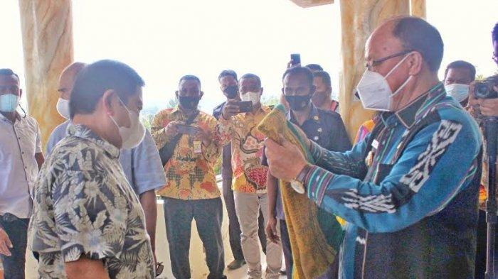 Bupati Kabupaten Sumba Barat Sambut Kedatangan Menteri PPN/Bappenas