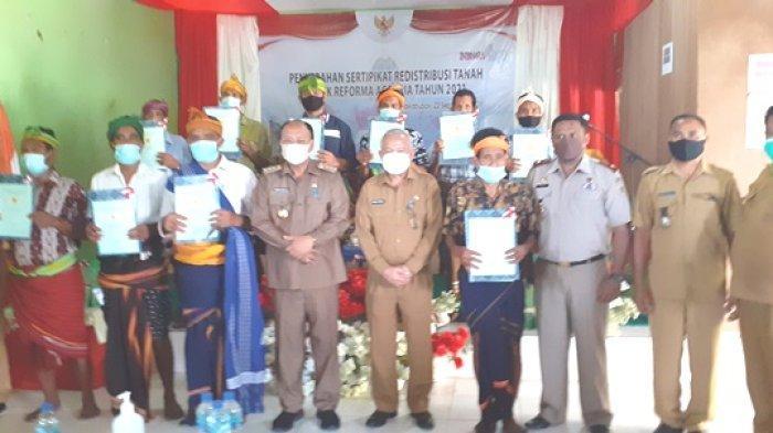 Bupati Yohanis Dade Serahkan 475 Sertifikat Tanah Kepada Masyarakat Elu Loda, Sumba Barat