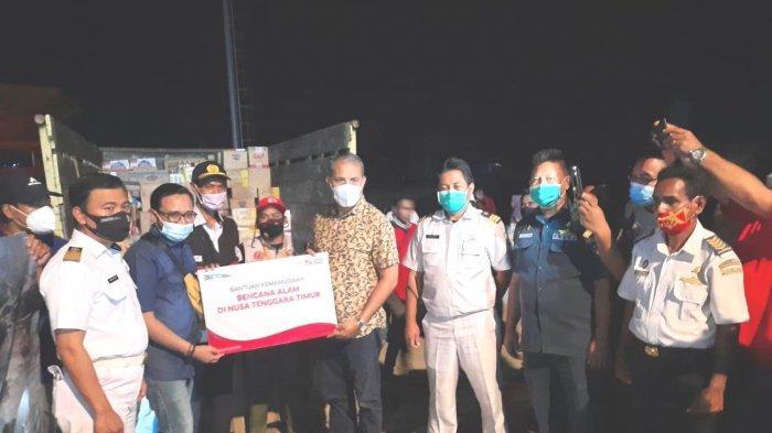 Bupati Sumba Timur, Drs. Khristofel Praing,M.Si  menerima bantuan dari PT. Pelni yang disalurkan melalui PT. Pelni Cabang Waingapu.