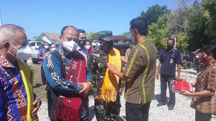 Bupati & Wabup Sumba Barat disambut Camat Lamboya di Kec. Lamboya, Sumbar Kamis (27/5/)
