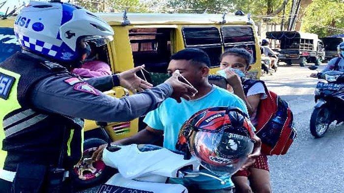Cara Sederhana Rayakan HUT Lalu lintas, Polantas Ini Bagikan Masker Gratis