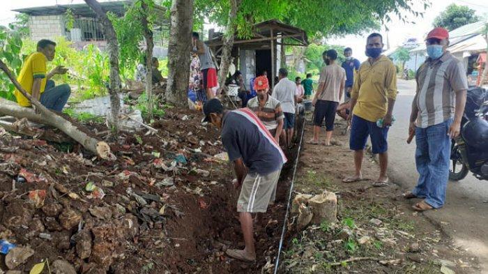 Cegah Banjir Genangi Rumah Warga, Lurah Maulafa Bersama Warga Swadaya Buat Drainase Darurat