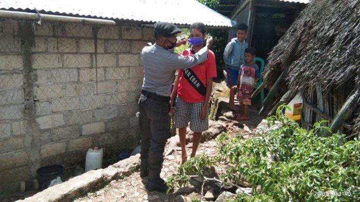 Cegah Covid-19, Anggota Pos Polisi di Perbatasan RI-RDTL Ini Bagi Masker kepada Warga