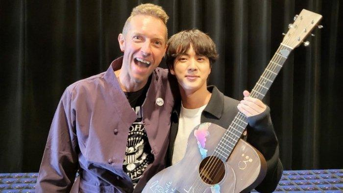 Chris Martin Berikan Gitar untuk Jin BTS, Foto Kebersamaan Vokalis Coldplay dan Kim Seok Jin Dipuji