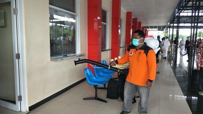 Lawan Covid-19, Forum PRB Sumba Timur Semporotkan Disinfektan di Bandara UMK dan Pelabuhan