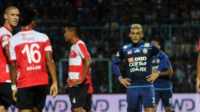 Cristian Gonzales tampak frustrasi setelah Arema FC kalah 0-2 dari Madura United pada pekan ke-23 Liga 1, Minggu (10/9/2017).