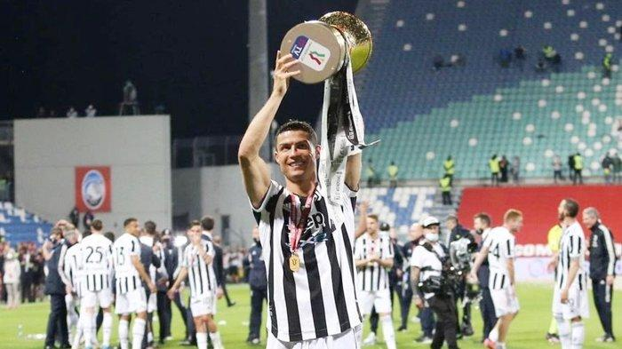 Bintang Juventus Cristiano Ronaldo mengangkat trofi juara Coppa Italia usai mengalahkan Atalanta 2-1 di final Coppa Italia, Kamis 20 Mei 2021 dini hari WIB.