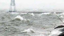 Cuaca buruk di Sabu Raijua, Minggu (5/1/2020). Tinggi gelombang di perairan itu mencapai 5 meter, sehingga menyulitkan kapal untuk berlayar.