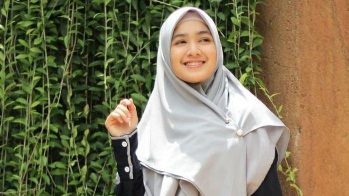 Bintang sinetron Cut Syifa terlihat mengenakan hijab saat bermain peran sebagai Intan di sinetron Samudra Cinta yang sedang tayang di SCTV medio Januari 2021.