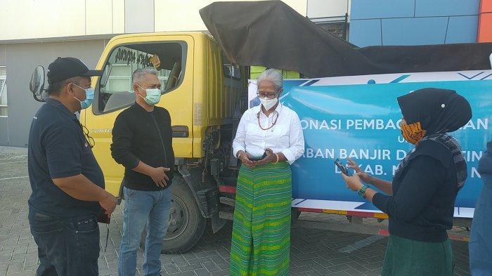 Ketua DPRD NTT, Ir. Emelia Julia Nomleni saat melepas secara simbolis distribusi bantuan kemanusiaan dari Dana Kemanusiaan Kompas bagi korban bencana NTT di Kantor Pos Kupang, Jumat (23/4) pagi.