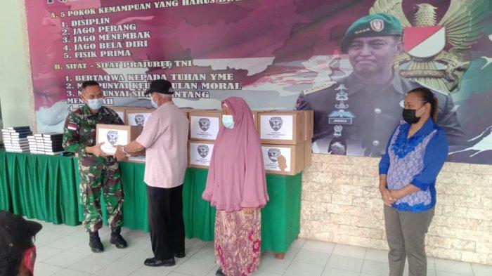 Dandim 1618/TTU, Letkol Arm Roni Junaidi, saat menyerahkan bantuan kepada para Purnawirawan dan Warakawuri di TTU, Senin, 17/05/2021.