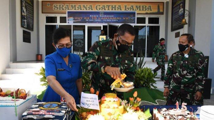 Syukuran HUT ke-15 Lantamal VII Kupang Ditandai PemberianTumpeng untuk Dua Prajurit