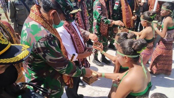 Tari Gong & Tari Bolelebo Lima Gadis Cilik  Sambut Rombongan Danrem 161 Wirasakti di Amarasi Timur