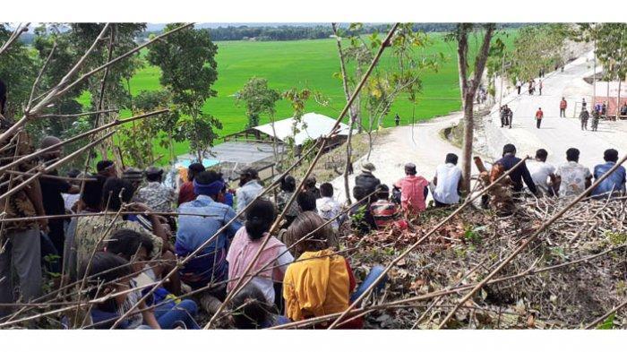 Dari Bukit, Warga Saksikan Presiden Joko Widodo Datang Di Makatakeri, Sumba Tengah