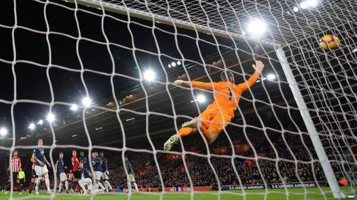 Penjaga gawang Manchester United, David De Gea, tak termasuk dalam jajaran kiper Liga Inggris musim ini yang paling