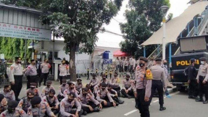 Pengadilan Negeri Jakarta Timur terpantau sepi setelah sebelumnya terdapat puluhan simpatisan Rizieq Shihab yang menghadiri jalannya sidang, Jumat 26 Maret 2021.