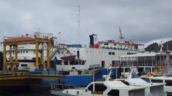 Cuaca Buruk, Kapal Wisatawam dan Tiga Unit Kapal ASDP Tertahan di Labuan Bajo