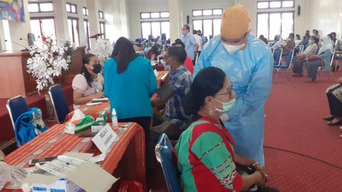 Di Sumba Barat, Pejabat Eselon II, DPRD dan Tokoh Masyarakat Terima Vaksin
